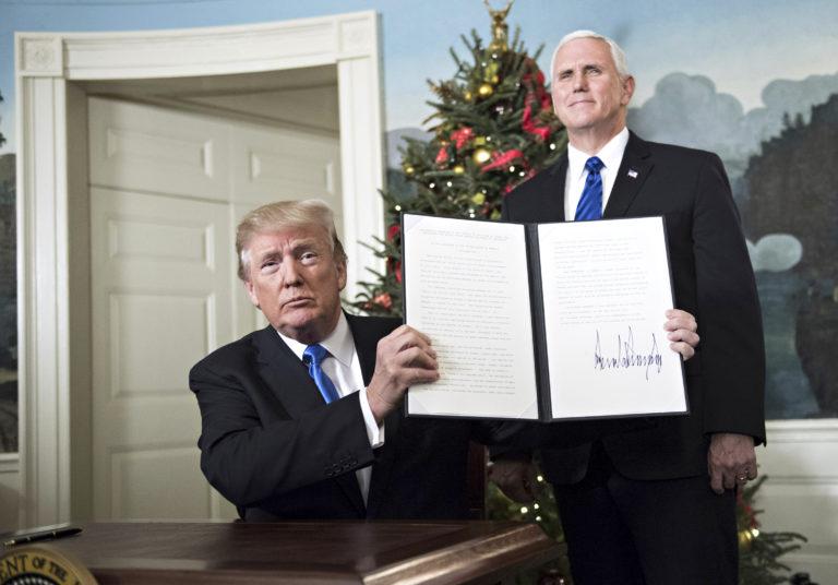 Presidentti Donald Trump esittelee julistusta, jossa Yhdysvallat tunnustaa Jerusalemin Israelin pääkaupungiksi 6. joulukuuta 2017.
