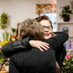 """""""No hei, pitkästä aikaa!"""" halaavat vanhat tutut, kukkia ostamaan tullut Eila Hiltunen ja myyjä Merja Heiskanen."""