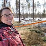 """Raili Sallalla on hymy herkässä. Pulkkaviidassa asuva leski käy """"hellustelureissuilla"""" Sodankylässä."""