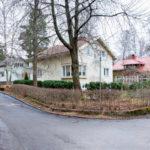 Helsingin Herttoniemen omakoti-idyllissä on särö. Asukas Leena-Maija Palon mukaan kiinteistöjen hinnat putoavat ja omistajia hirvittää vastuu, joka myyjän harteille lankeaa vanhan talon kunnosta.