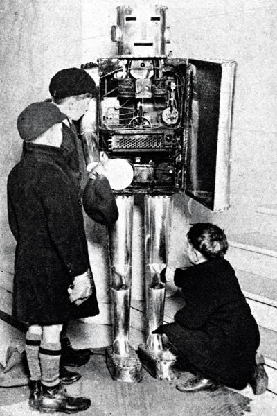 Ihmiskehoa jäljittelevä robotti hämmästytti koululaisia Lontoossa 1929.