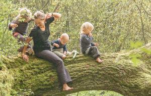 Perhe kiipeilee puun oksalla