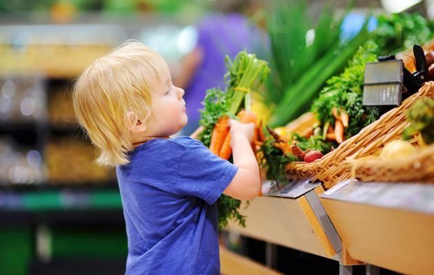 Lapsi valitsee vihanneksia kaupassa