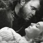 Orson Welles on ohjaamansa Shakespeare-tulkinnan pääosassa Othellona. Desdemonaa esittää Suzanne Cloutier.