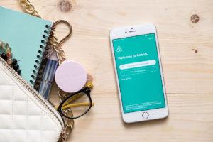 Älypuhelin, jossa on auki Airbnb-sovellus.