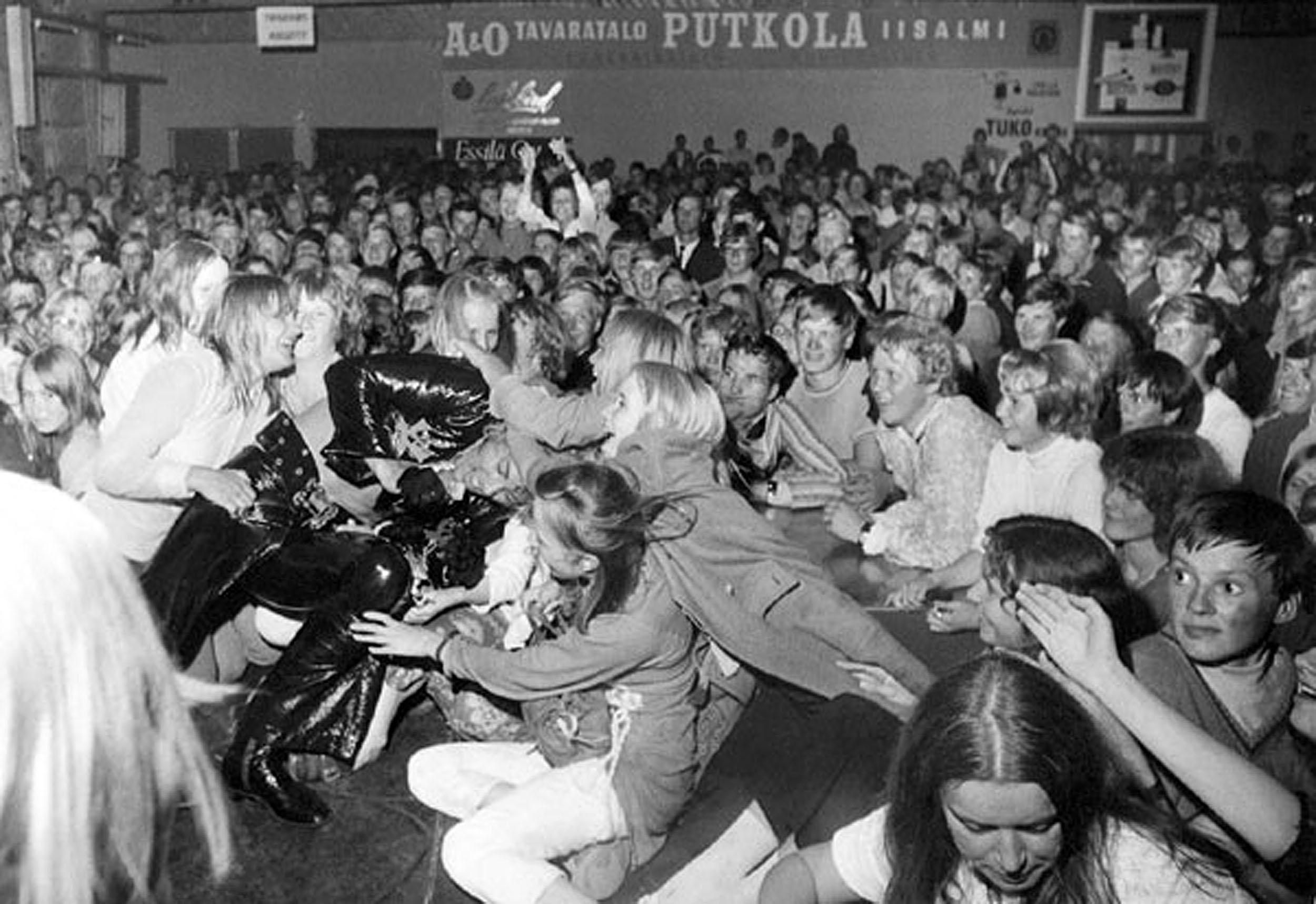 """Danny 70 Systeemi -kesäshow Iisalmen Kyllikinrannassa elokuussa vuonna 1970. Suosikki-lehdessä esitystä ylistettiin """"hurjaksi, villiksi, ennennäkemättömäksi spektaakkeliksi""""."""