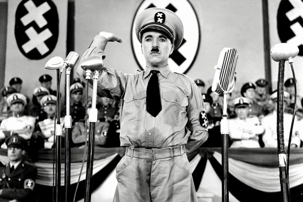 Charlie Chaplinin elokuva Diktaattori (1940) pilkkasi Adolf Hitleriä, joka tiettävästi katsoi elokuvan useasti. Kuvakaappaus elokuvasta.