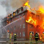 Palomiehet sammuttavat rajua tulipaloa Quebecissä Kanadassa.