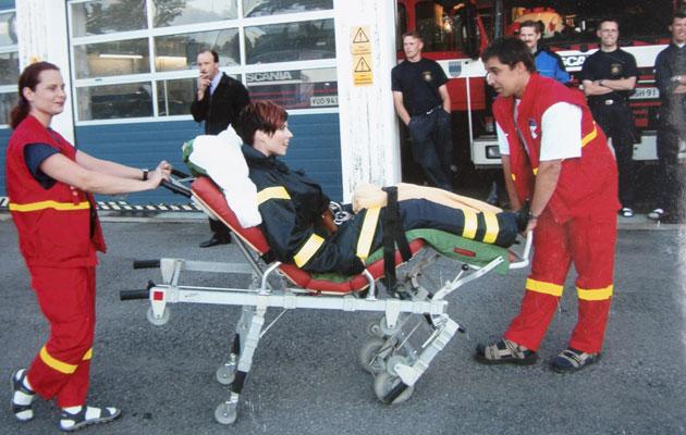 Ambulanssilla ja paareilla lavalle kuljettaminen oli pelastuslaitoksen idea Heidin keikan näyttävään aloitukseen.
