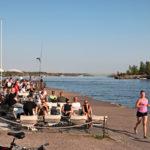 Alkuillan tunnelmaa Mattolaiturilla Kaivopuiston rannassa.