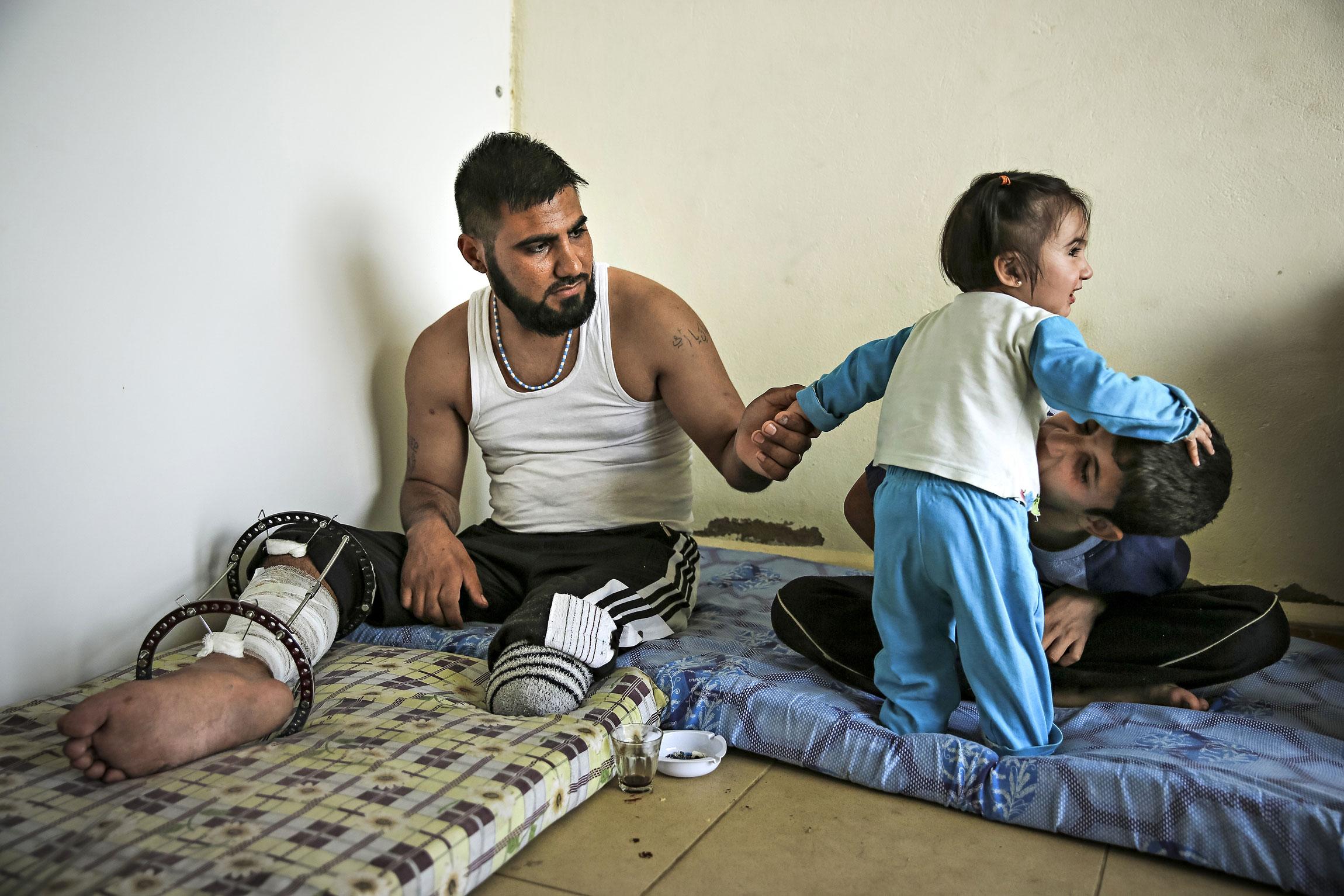 Fadi haavoittui ja toinen jalka jouduttiin amputoimaan. Nyt hän odottaa sodan päättymistä kaupan lattialla. Edessä on häätö jos vuokrarahoja ei löydy.