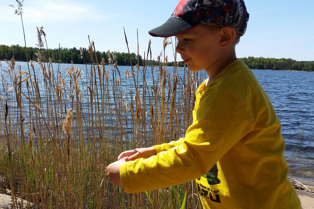5-vuotias Joona Kaksonen ulkoilee rannalla