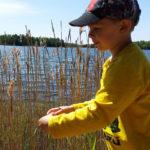 Borrelioosiin sairastunut Joona Kaksonen, 5, ulkoilee paljon perheensä ja päiväkotiryhmänsä kanssa.