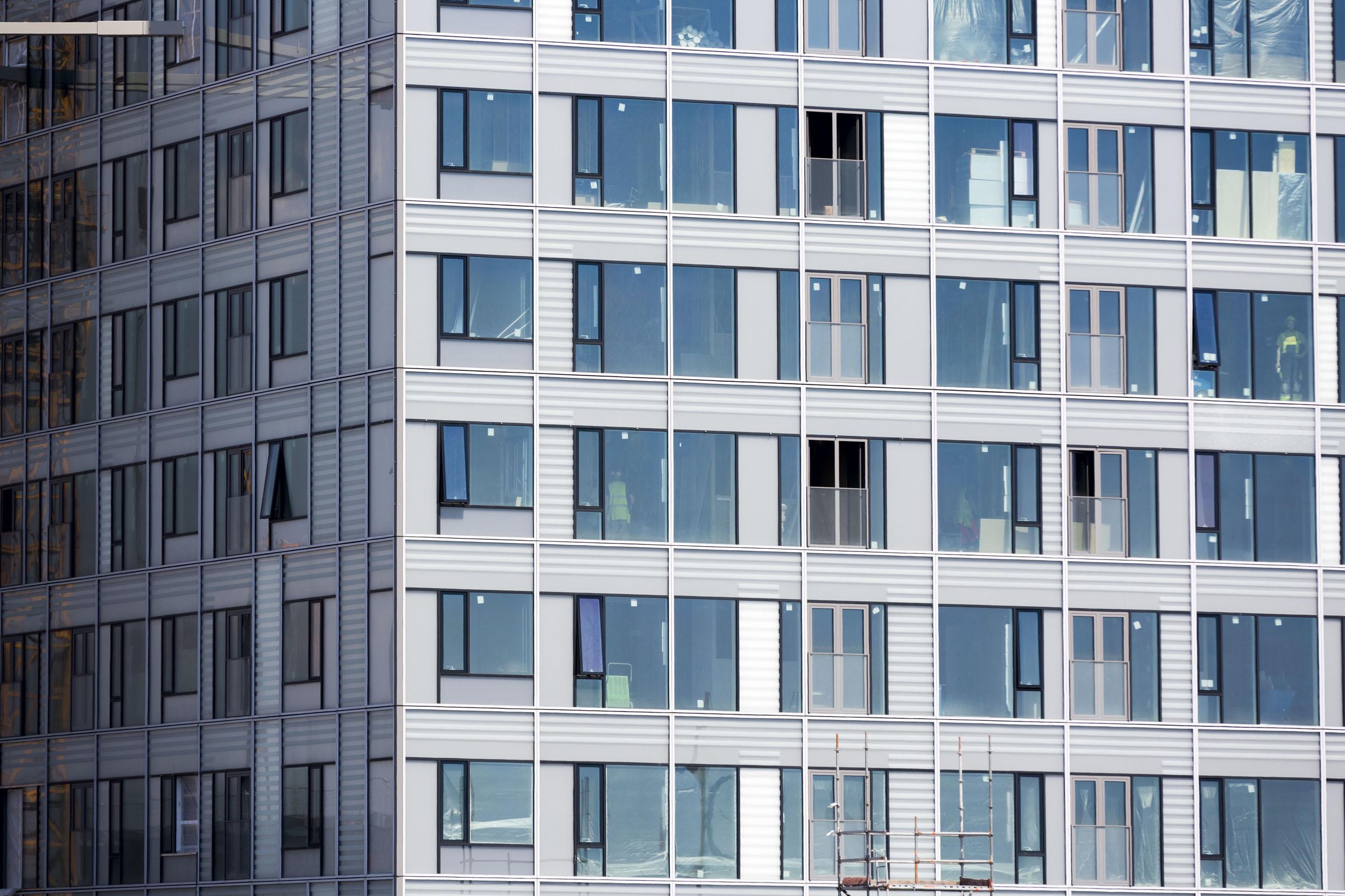 Majakka on herättänyt huomiota julkisivullaan. Alumiiniset listat ja läpikuultavat lasielementit tekevät talosta harmaan. Kaavan mukaan sen piti olla yleisilmeeltään valkoinen.