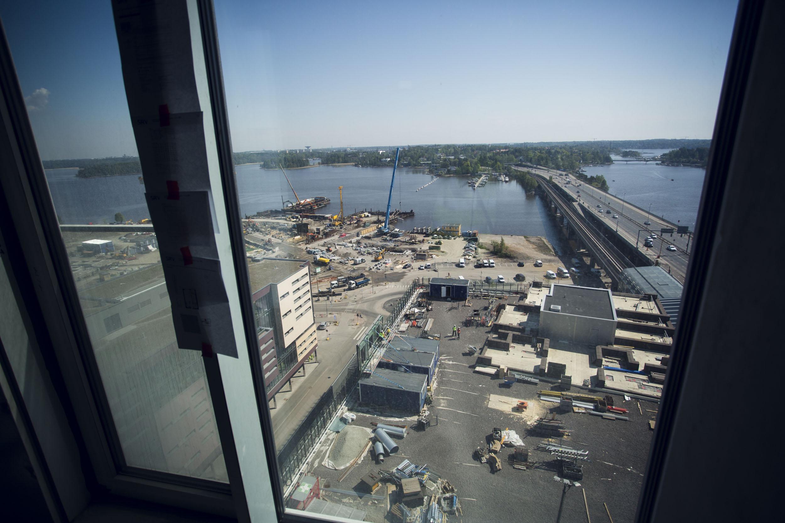 Ylhäältä näkee rakentuvan Kalasataman sekä suoraan vastapäätä asuintorni Loisteen perustukset. Kontrasti on iso: Kulosaaren sillan toisella puolella alkaa metsälähiö.