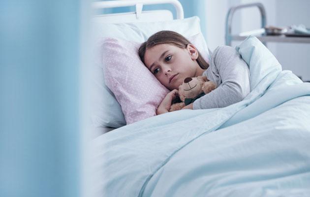 Verisairaudesta kärsivä lapsi makaa sairaalan pedillä.
