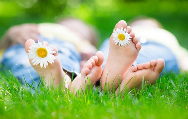 Kaksi ihmistä makoilee nurmikolla, kuvituskuva