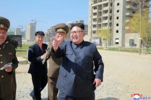 Pohjois-Korean johtaja Kim Jong-un tutki rakenteilla olevaa turistialuetta Gangwonin maakunnassa Etelä-Korean rajalla. Kuvan välitti Pohjois-Korean hallituksen uutistoimisto 26. toukokuuta 2018.