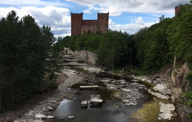 Narvan joen pato suljetaan aika ajoin.