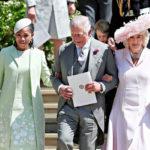Prinssi Charles asteli kirkosta morsiamen äiti Doria Ragland (vas.) ja puolisonsa Cornwallin herttuatar Camilla käsipuolessaan.