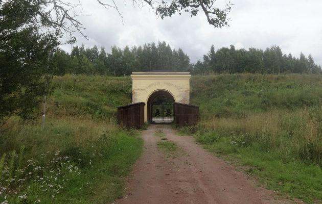 Toinen Kyminlinnan linnoituksen sisäänkäynnistä.