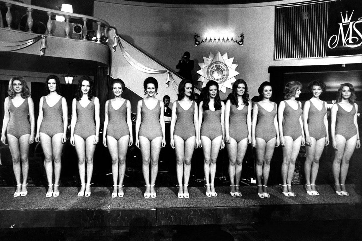 Miss Suomi -finalistit uimapuvuissa vuonna 1972. Arkistokuva.