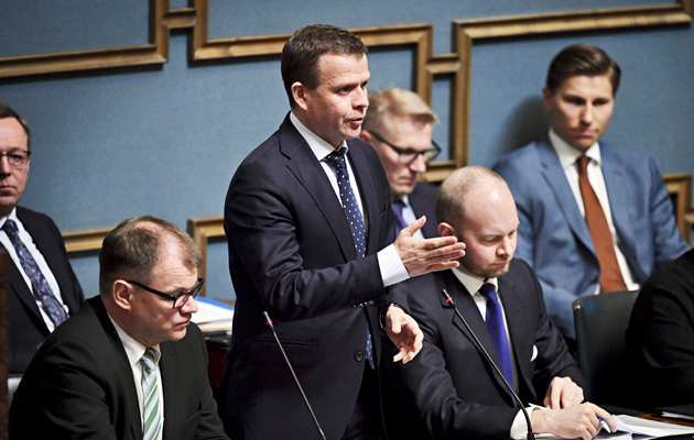 Valtiovarainministeri Petteri Orpon johtama kokoomus ratkaisee hallituksen kohtalon. Pääministeri Juha Sipilä (kesk) sekä eurooppa-, kulttuuri- ja urheiluministeri Sampo Terho (sin) kuuntelevat Orpon linjauksia eduskunnassa.