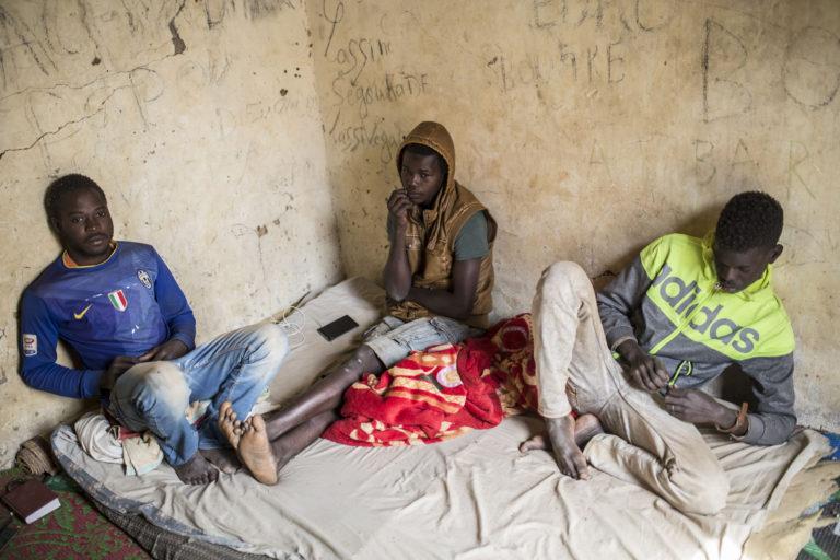 """Malilainen Ibrahima Diarra, 15, (kesk.) pyrkii Eurooppaan Libyan kautta, mutta hänellä ei ole rahaa maksaa matkasta salakuljettajille. Siksi hän nyt odottaa Agadezissa Pohjois-Nigerissä ja asuu talossa, jollaisia kutsutaan """"getoiksi""""."""