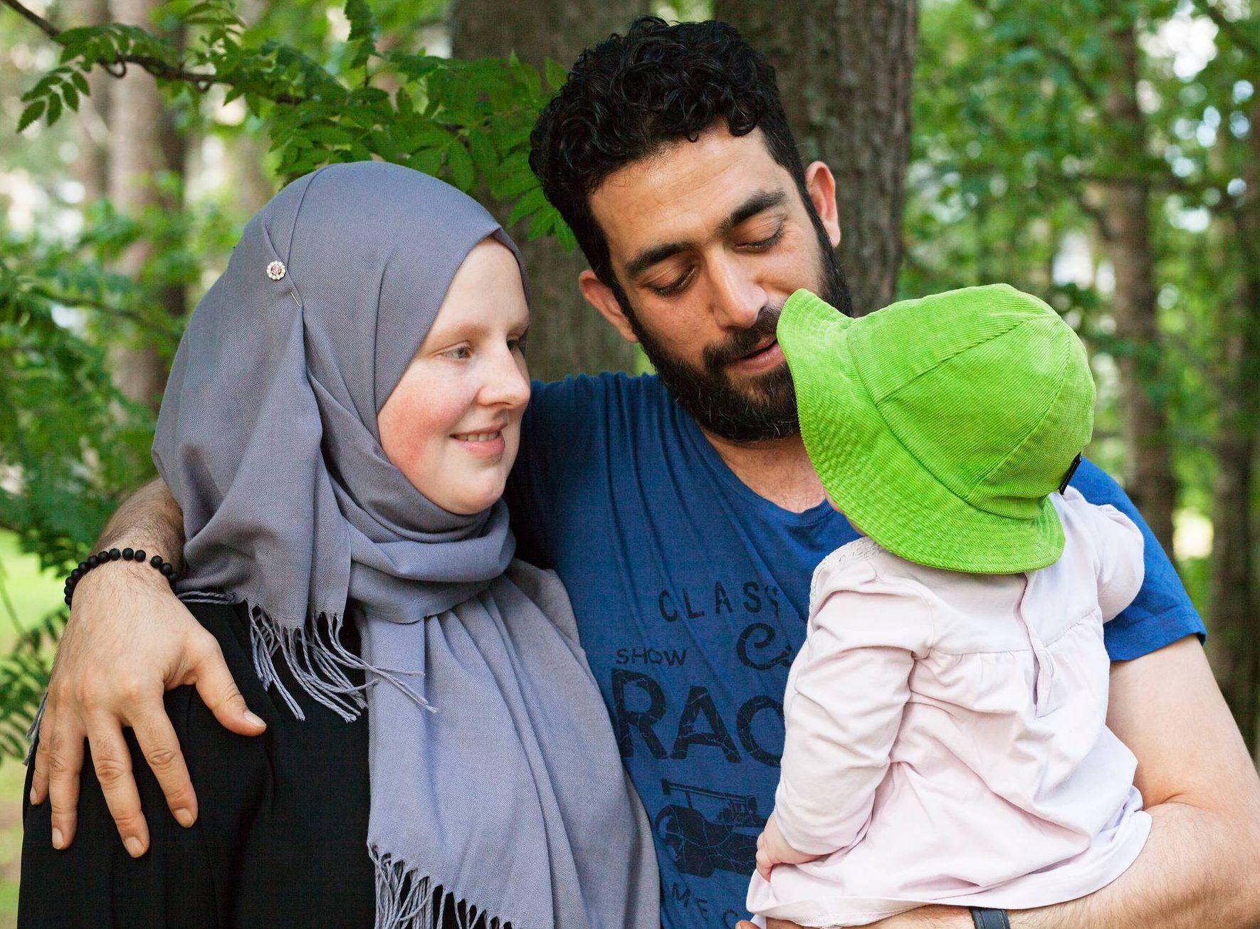 Elzuddin Al-Mashhadani ja Hilda Holmi-Al-Mashhadani miettivät, missä maassa perhe voi asua yhdessä, jos isä käännytetään maasta.