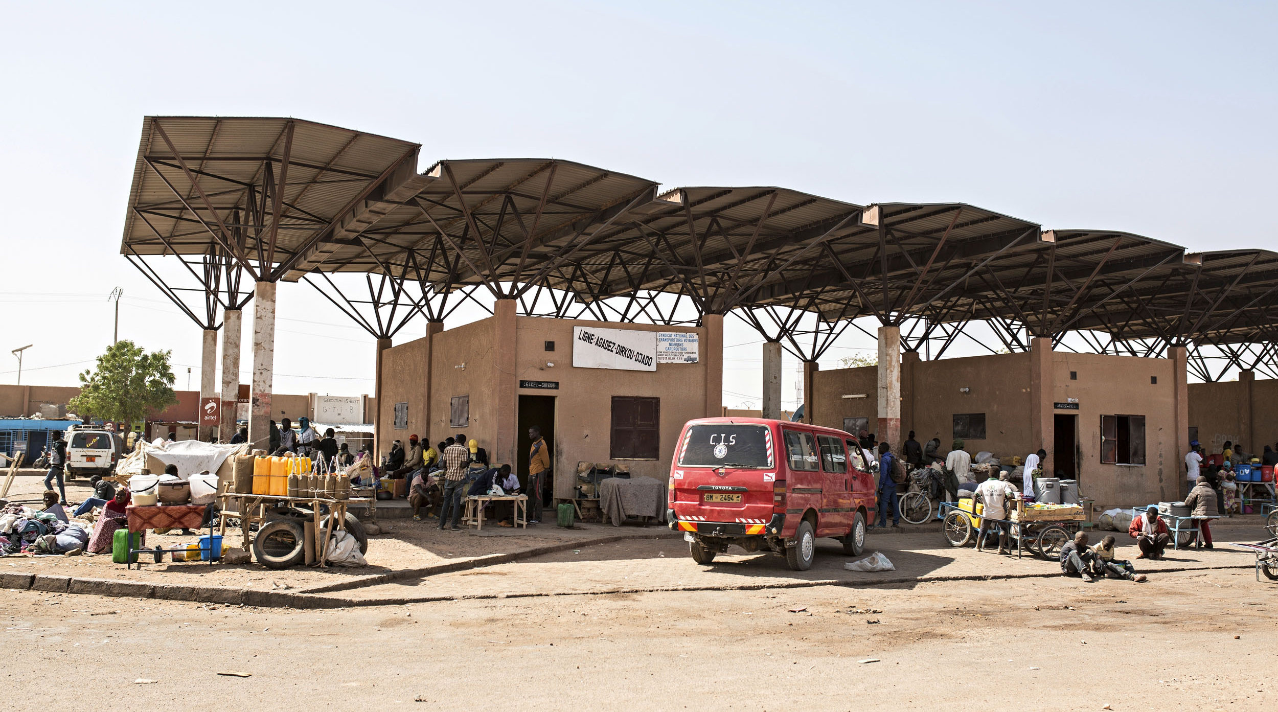Vielä kaksi vuosi sitten Agadezin asemalta lähti päivittäin autoja kohti Libyaa. Nyt lähdöt tapahtuvat salaa kaupungin ulkopuolelta.