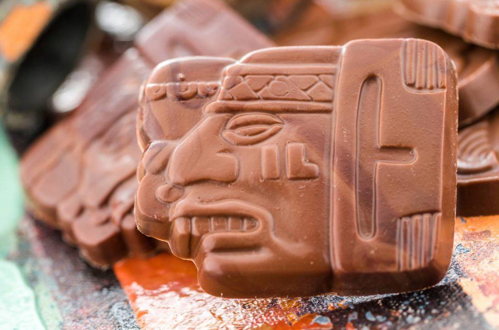 Kuvituskuva: suklaata, joka näyttää mayahahmolta.