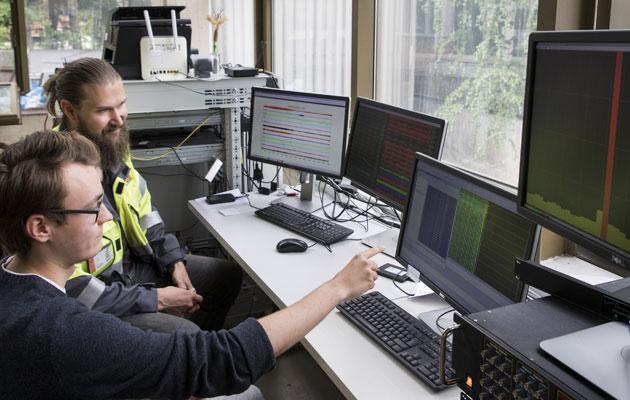 Kauri Kolehmainen ja Tero Saarno tutkivat geofonien lähettämää dataa tietokoneen näytöiltä.