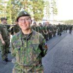 """Kapteeni Hanna Lehtinen antaa varusmiespalveluksen aloittaneelle nuorelle yksinkertaisen ohjeen: """"Hyvällä asenteella ja huumorilla täällä pääsee pitkälle."""""""
