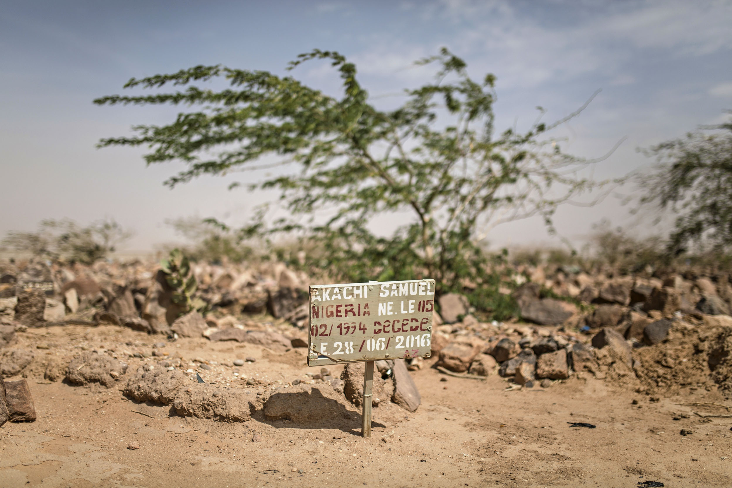 Joidenkin matka pysähtyy lopullisesti Agadeziin. Hautausmaalla on matkalla kuolleiden hautoja.