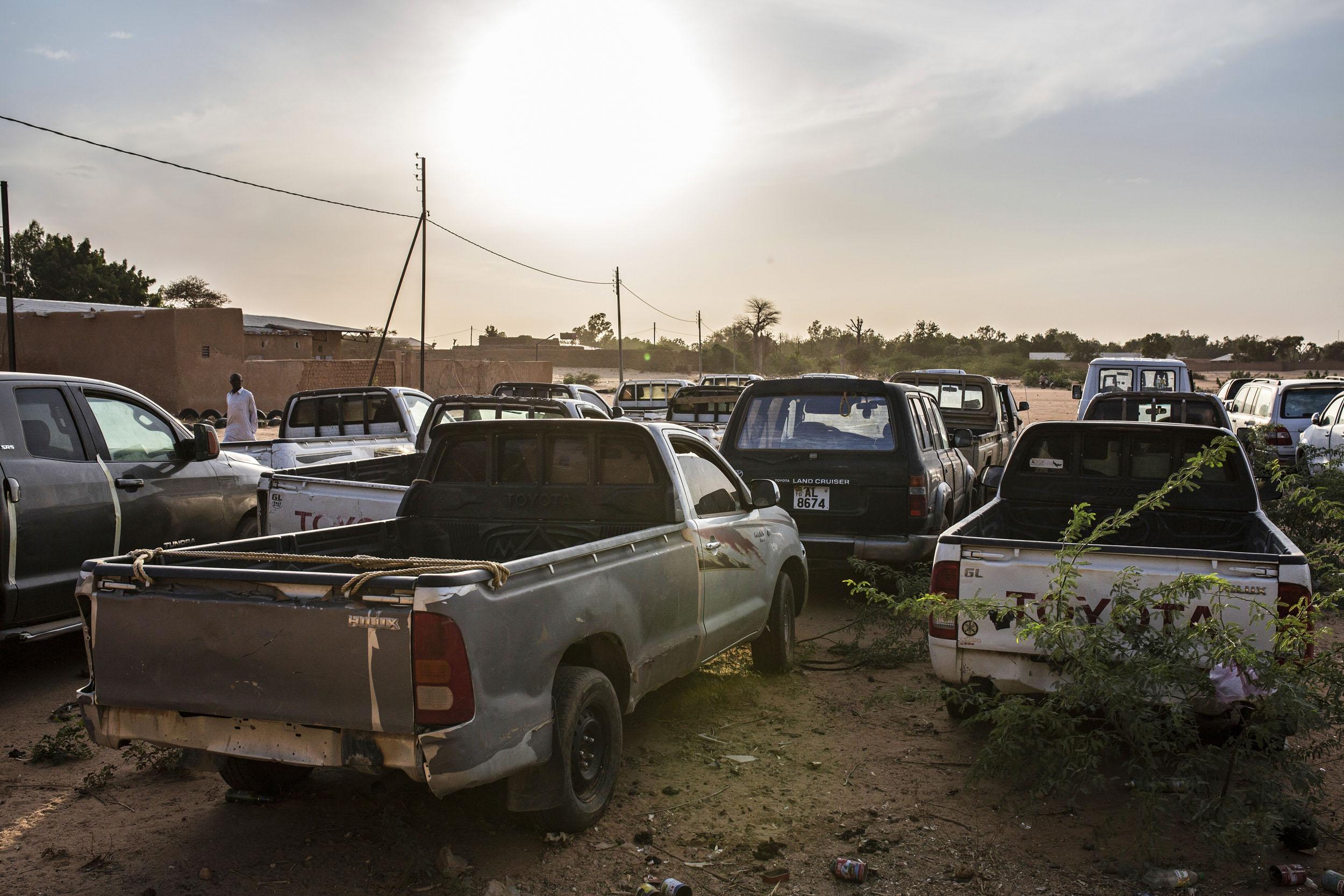 Kaupungin laitamilla viruu satakunta salakuljettajilta takavarikoitua autoa.