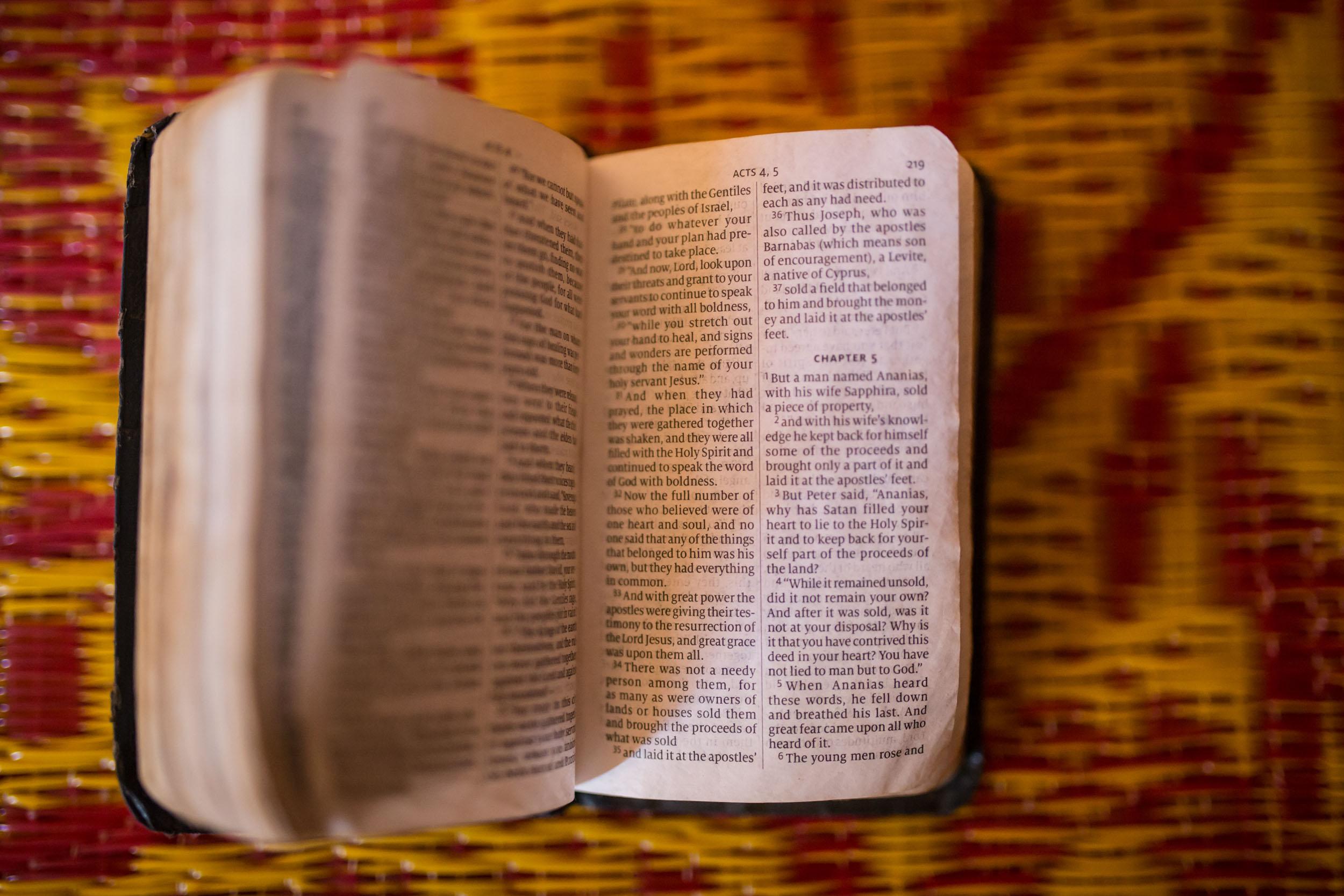 Englanninkielinen Raamattu on auki Apostolien tekojen kohdalta.