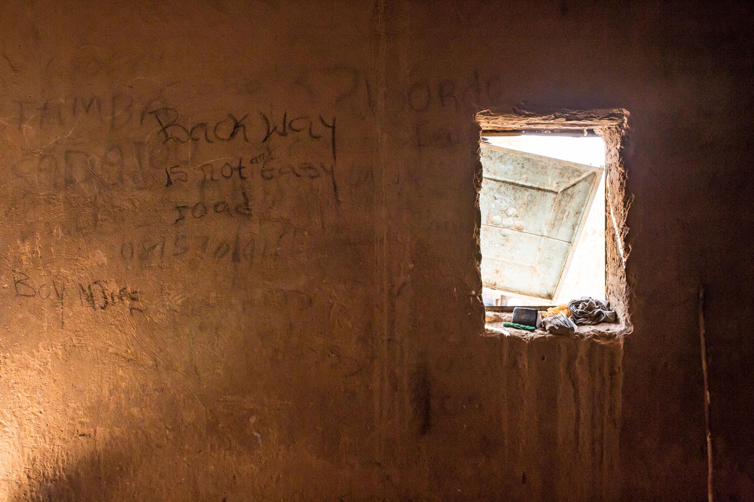 Agadezin gettoihin päättyneet ovat kirjoittaneet terveisiä tuleville matkaajille.