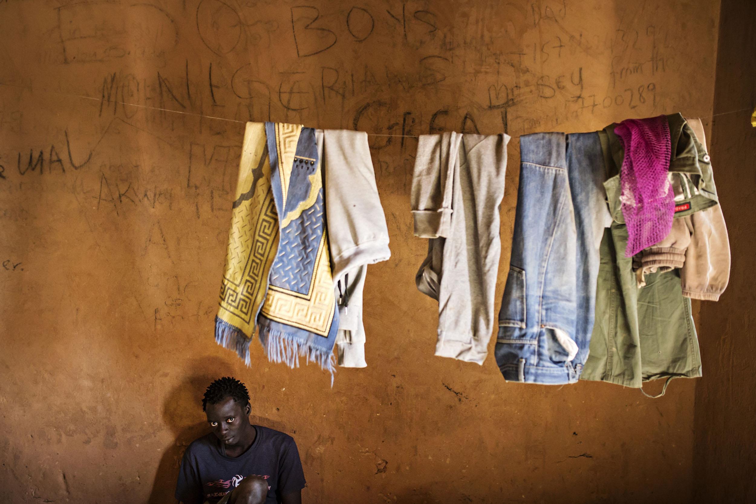 Salakuljettajien hinnat ovat nousseet lisääntyneen rajavalvonnan takia. Tuhansia Eurooppaan pyrkiviä elää Agadezissa toivottomassa tilanteessa.