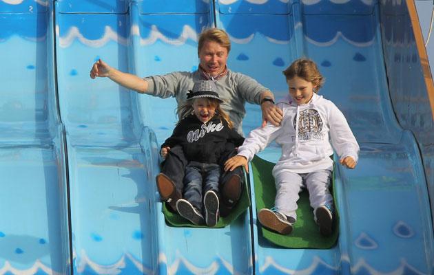 Mika Häkkinen huvipuistossa Hugon ja Ainan kanssa lokakuussa 2011.