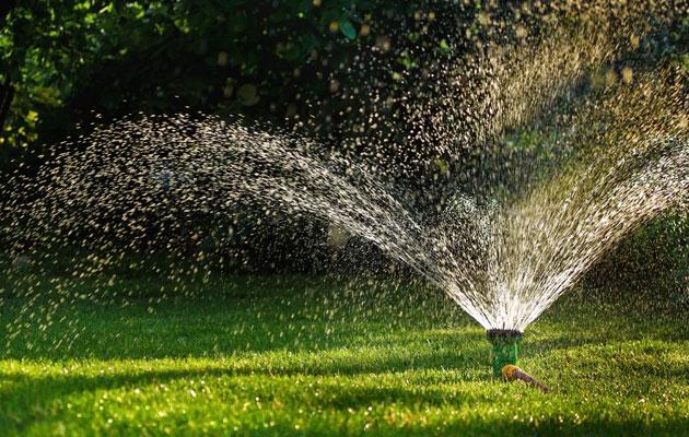 sadetin suihkuttaa vettä nurmikolle