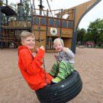 Jättimäiseen Pelle Hermannin puistoon mahtuu aina. Keinun vauhdista nauttivat kesäturistit Ukko ja Eino Tsupukka Saarijärveltä.