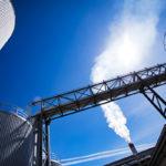 Kymin sellutehdas Kouvolan Kuusankoskella tuottaa vuosittain 870000 tonnia valkaistua koivu- ja havusellua.