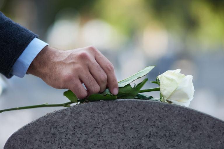 Tieto kuolinsyystä auttaa omaisia surutyössä.