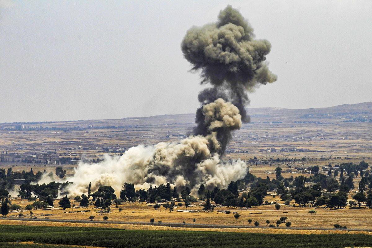 Syyrian hallitusta vastustavat joukot tuhosivat aseitaan paetessaan Kuneitrasta Golanin kukkuloilta 22. heinäkuuta 2018.