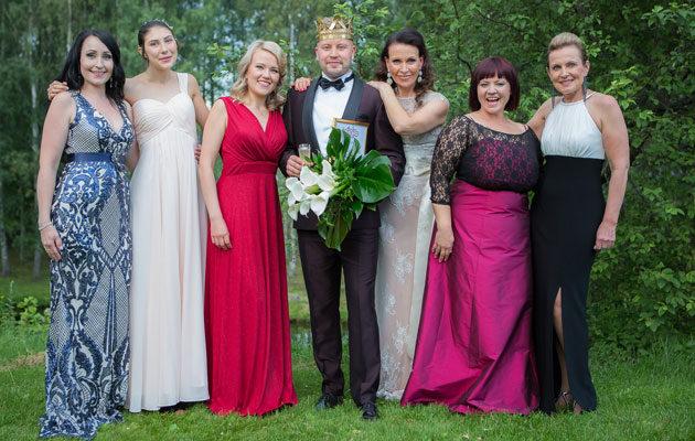 Tangokunigasta onnittelevat laulukilapilun naisfinalistit.