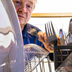 Tiskikone asennetaan usein lattiatasolle. Pienen koneen voi sijoittaa tiskipöydälle, jolloin selkää ei tarvitse taivutella hankalaan asentoon.