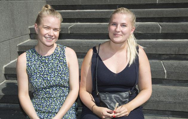 Amanda Korpijaakko ja Sini Korvenpääpääsivät työpaikalle helposti huippukokouksen järjestelyistä huolimatta.