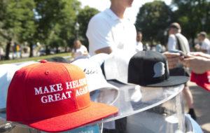 """Trumpin ja Putinin huippukokouksen aikana Helsingissä myydään lippiksiä, joissa lukee """"Make Helsinki great again"""""""