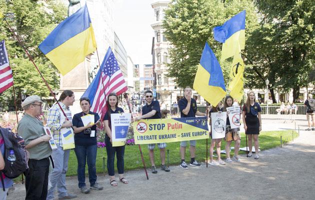 Mielenosoituksia nähtiin huippukokouksen liepeillä puolesta ja vastaan.