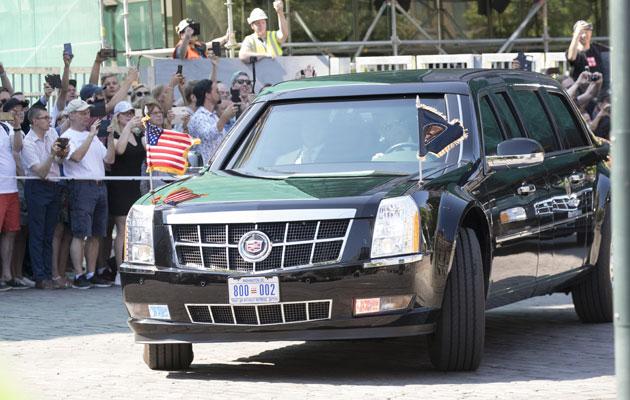Huippukokouksessa vilahdus suurvaltajohtajista oli nähtävissä katujen varsilta, kun autoletkat kiisivät ohi.